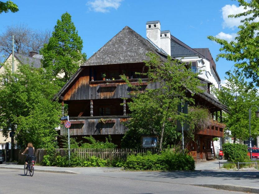 b_834_625_16777215_00_images_alter-herbergshof-moeglicherweise-ehem-bauernhof-in-muenchen-haidhausen-2-3562e91c-bb95-4061-9813-e5f8d2b456f7.jpg